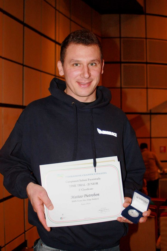 Stefano Cavalli che mostra l'attestato di Pietrobon Matteo premiato dalla Federazione italiana ciclismo